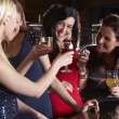 Young women drinking at bar - Foto de Stock