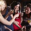 Young women drinking at bar - Stockfoto