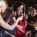 mujeres jóvenes bebiendo en el bar — Foto de Stock