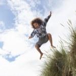 garçon sautant par-dessus les dunes — Photo