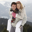 Young Couple On Winter Vacation — Stock fotografie