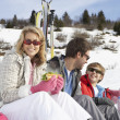 Young Family On Ski Vacation — 图库照片