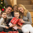 Family with gifts in front of Christmas tree — Lizenzfreies Foto