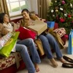 spansktalande mor och dotter vila efter julhandeln — Stockfoto