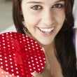 Teenage girl holding gift box - Stockfoto