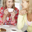 Foto Stock: Mid age women chatting over coffee at home