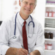 Senior doctor writing prescription - Stockfoto
