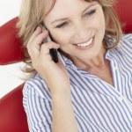 střední věk podnikatelka pomocí mobil — Stock fotografie #11884030
