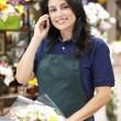 在花店工作的西班牙裔女人 — 图库照片
