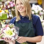 kobieta pracuje w kwiaciarni — Zdjęcie stockowe #11884126