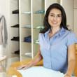 hispánský žena pracující v módní obchod — Stock fotografie