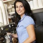 在咖啡厅工作的女人 — 图库照片