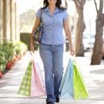femme hispanique transportant shopping — Photo