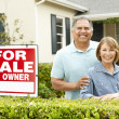 Senior Hispanic couple selling house — Zdjęcie stockowe #11884438