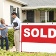 Senior Hispanic couple buying new home — Stock Photo
