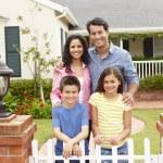 ヒスパニック系の家族の家の外 — ストック写真