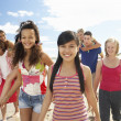 Teenagers walking on beach — Stockfoto