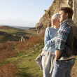Young couple on country walk - Foto Stock