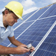 man installeren van zonnepanelen — Stockfoto