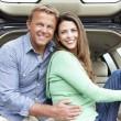 paar im Freien mit Auto — Stockfoto