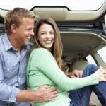 Пара на открытом воздухе с автомобилем — Стоковое фото