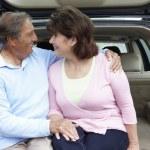 Старший испаноязычные пара на открытом воздухе с автомобилем — Стоковое фото