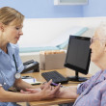 UK nurse injecting senior woman patient — Stock Photo