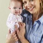 foto de estúdio da feliz mãe e bebê — Foto Stock