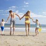 Family on beach vacation — Stock Photo