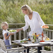 Mother and daughter eating outdoors — Stock Photo