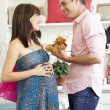 Expectant couple out shopping — Stock Photo