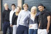 Grupp tonåringar umgås tillsammans utanför — Stockfoto