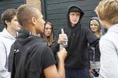 Grupo de adolescentes amenazantes juntos exterior drin — Foto de Stock