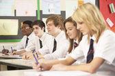 Estudiantes adolescentes en el aula — Foto de Stock