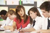 Nezletilých studentů studujících v učebně s učitelem — Stock fotografie