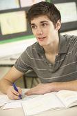 Mężczyzna nastolatek student studia w klasie — Zdjęcie stockowe