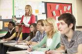 Genç öğrencilerin sınıfta öğretmen ile eğitim — Stok fotoğraf