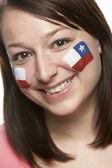 顔に描かれたチリ国旗を持つ若い女性スポーツ ・ ファン — ストック写真