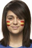 顔に描かれたスペインの国旗を持つ若い女性スポーツ ・ ファン — ストック写真