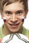 顔に描かれたスロバキア語フラグを持つ若い男性のフットボールのファン — ストック写真