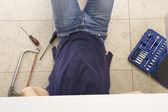 Hydraulik praca na zlew w kuchni — Zdjęcie stockowe