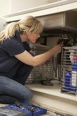 Kobieta hydraulik praca na zlew w kuchni — Zdjęcie stockowe