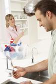 Mutfakta birlikte temizlemenizi çift — Stok fotoğraf