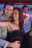 Par divirtiéndose en el bar ocupado — Foto de Stock