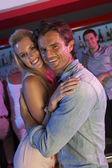 Eğleniyor meşgul barda çift — Stok fotoğraf