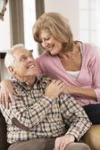 Evde rahatlatıcı kıdemli mutlu çift — Stok fotoğraf