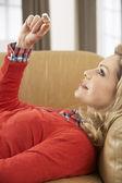 Vrouw kijken naar resultaat van huis zwangerschapstest kit — Stockfoto