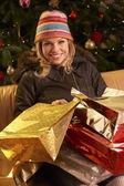 Noel alışveriş gezisi sonra dönen kadın — Stok fotoğraf