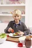 Chlapec dělat sendviče v kuchyni — Stock fotografie