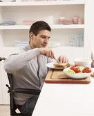 Zakázaný člověk dělat sendviče v kuchyni — Stock fotografie